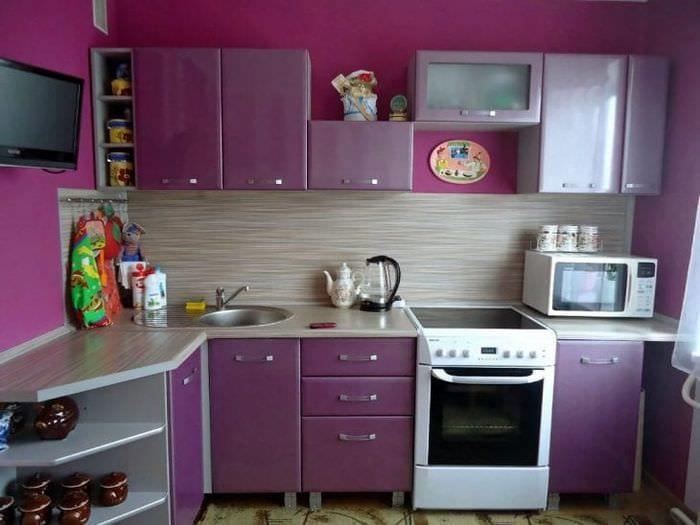 светлый интерьер кухни в фиолетовом цвете