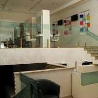 отражающее стекло в дизайне гостиной фото
