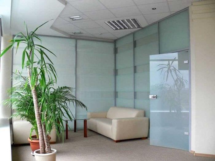 отражающее стекло в декоре коридора