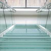 отражающее стекло в дизайне квартиры картинка