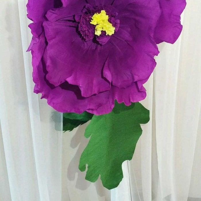 разноцветные бумажные цветы в оформлении зала