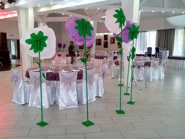 розовые бумажные цветы в оформлении зала