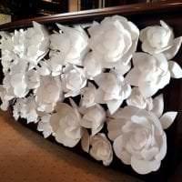 белые бумажные цветы в декоре праздничного зала картинка