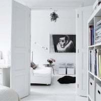 яркая белая мебель в дизайне коридора фото