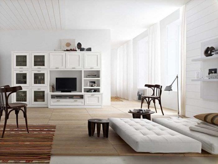яркая белая мебель в дизайне спальни