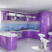 светлый дизайн кухни в фиолетовом цвете картинка