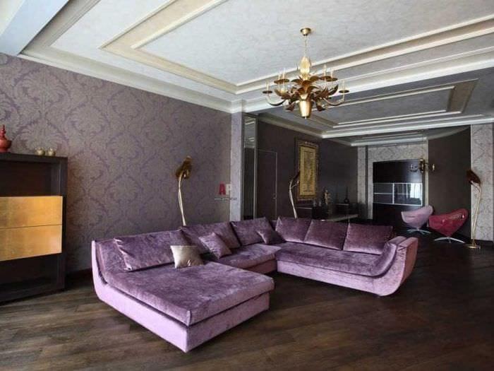 светлый фиолетовый диван в интерьере дома