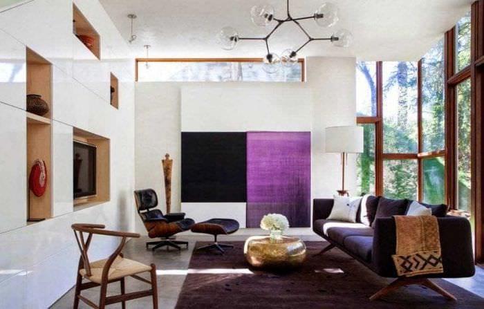 темный фиолетовый диван в фасаде квартиры