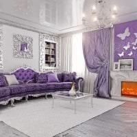 темный фиолетовый диван в декоре гостиной картинка