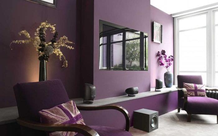 светлый фиолетовый диван в стиле гостиной