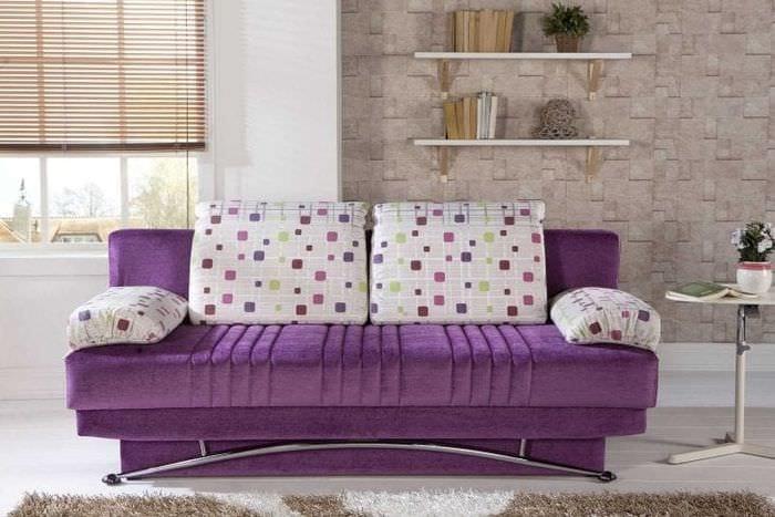 светлый фиолетовый диван в декоре прихожей