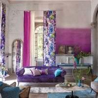 темный фиолетовый диван в фасаде квартиры картинка