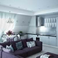 светлый фиолетовый диван в декоре гостиной картинка