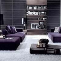 темный фиолетовый диван в декоре квартиры фото
