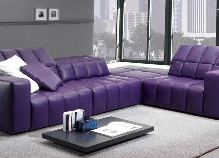 светлый фиолетовый диван в дизайне спальни