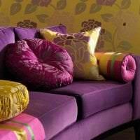 светлый фиолетовый диван в интерьере квартиры фото