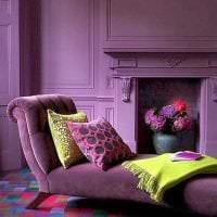 светлый фиолетовый диван в фасаде коридора картинка