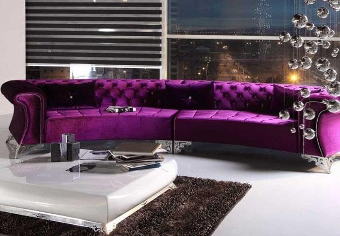 темный фиолетовый диван в интерьере прихожей
