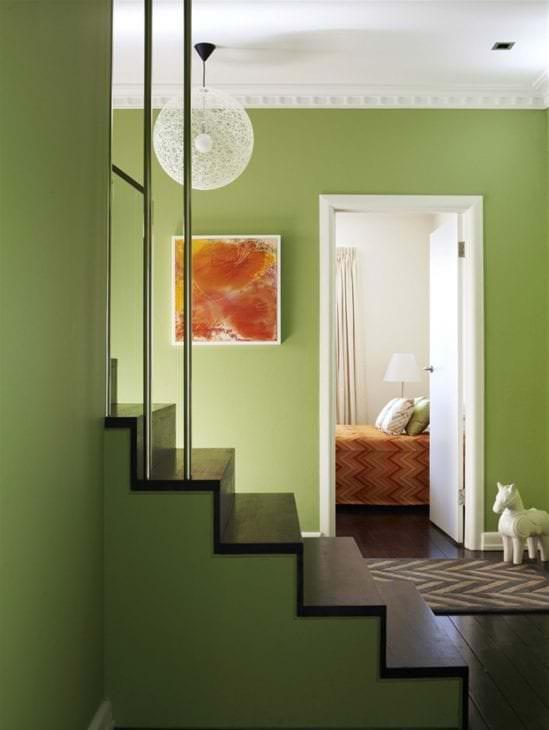 светлый фисташковый цвет в интерьере спальни