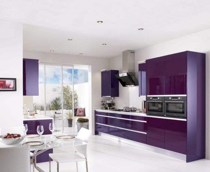 яркий интерьер кухни в фиолетовом цвете