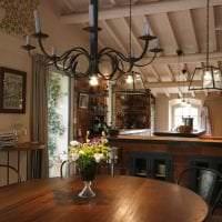 яркий декор гостиной в стиле кантри картинка