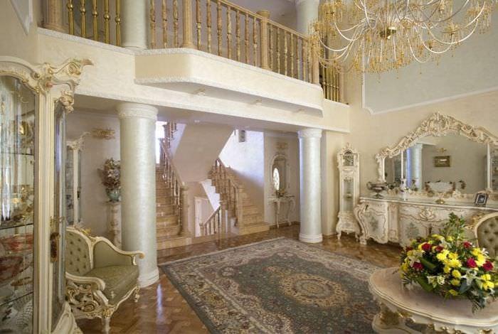яркий дизайн прихожей в стиле барокко