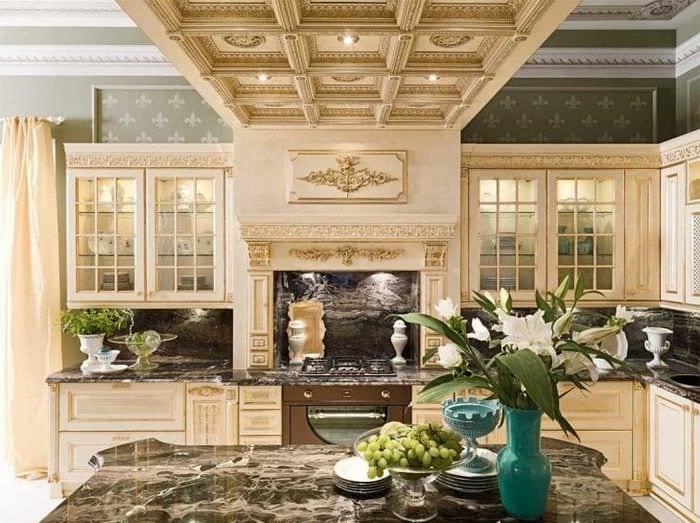светлый интерьер элитной кухни в стиле классика