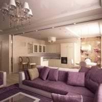 темный фиолетовый диван в декоре дома картинка