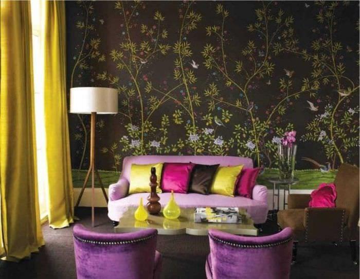 светлый фиолетовый диван в фасаде спальни