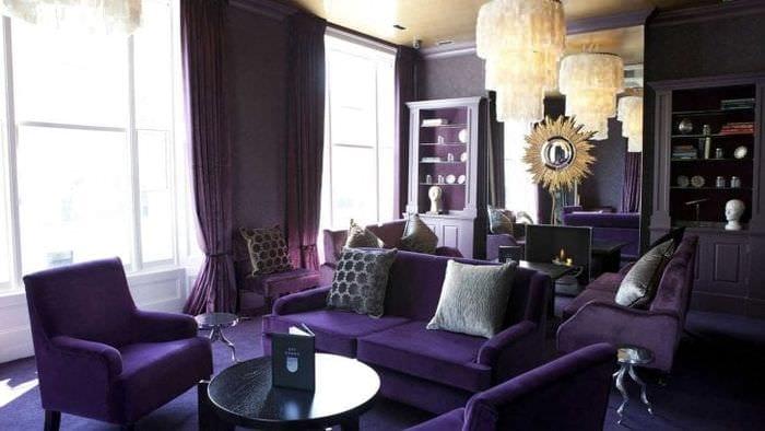 темный фиолетовый диван в дизайне гостиной