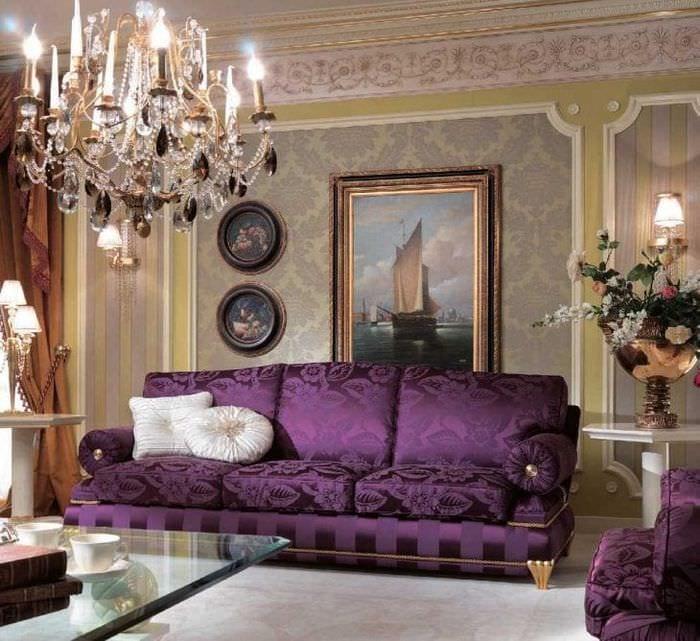 светлый фиолетовый диван в декоре квартиры