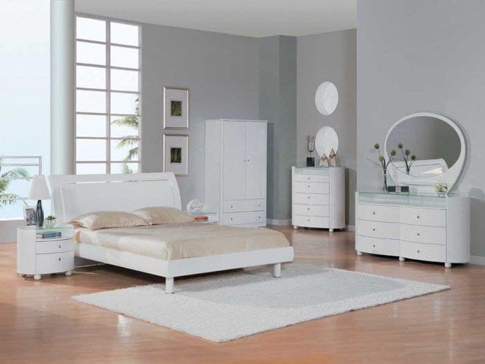 яркая белая мебель в стиле спальни