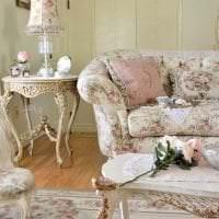 яркая белая мебель в дизайне кухни фото
