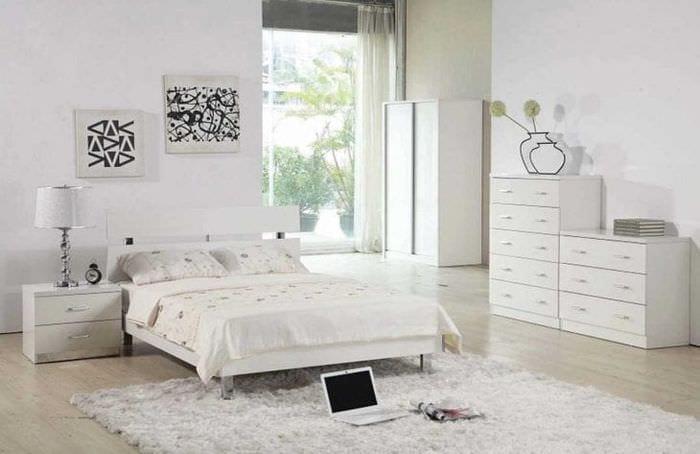 светлая белая мебель в интерьере спальни