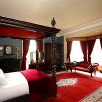 насыщенный бордовый цвет в декоре спальни фото