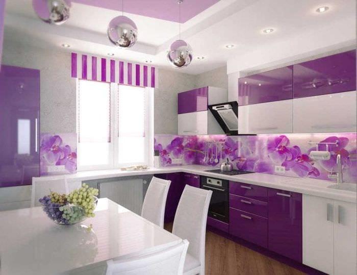светлый стиль гостиной в фиолетовом цвете