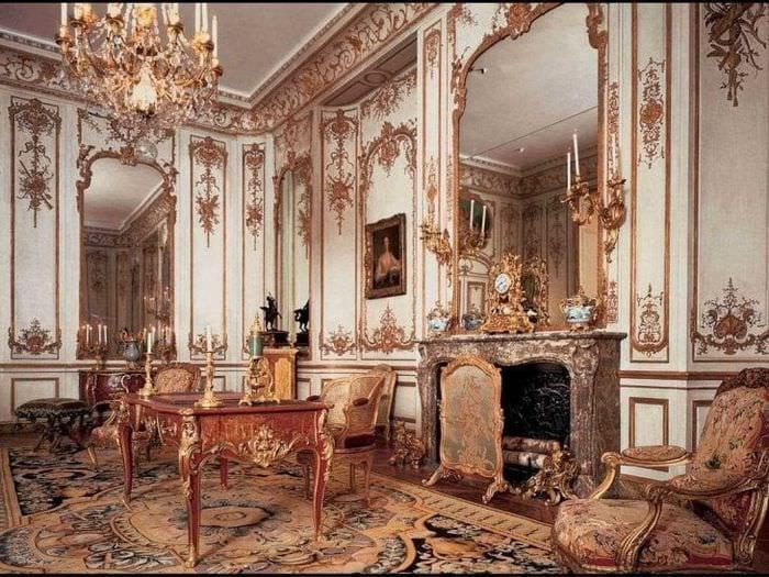 светлый декор гостиной в стиле рокко