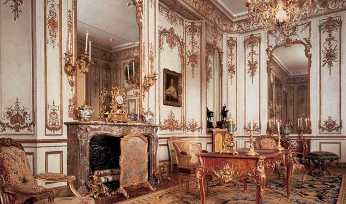 яркий дизайн спальни в стиле рокко