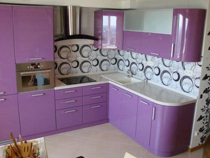 яркий интерьер кухни в фиолетовом оттенке