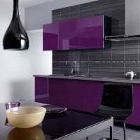 светлый декор кухни в фиолетовом оттенке картинка