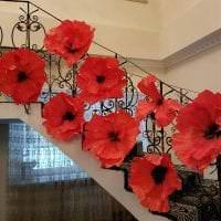 красные бумажные цветы в фасаде зала фото