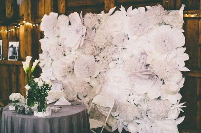 голубые бумажные цветы в декоре праздничного зала