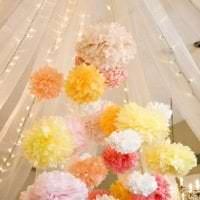 белые бумажные цветы в дизайне праздничного зала фото
