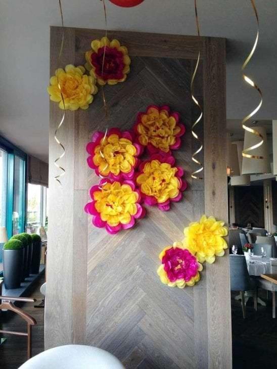 Большие цветы своими руками для украшения зала 599