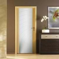 светлые двери в декоре спальни фото