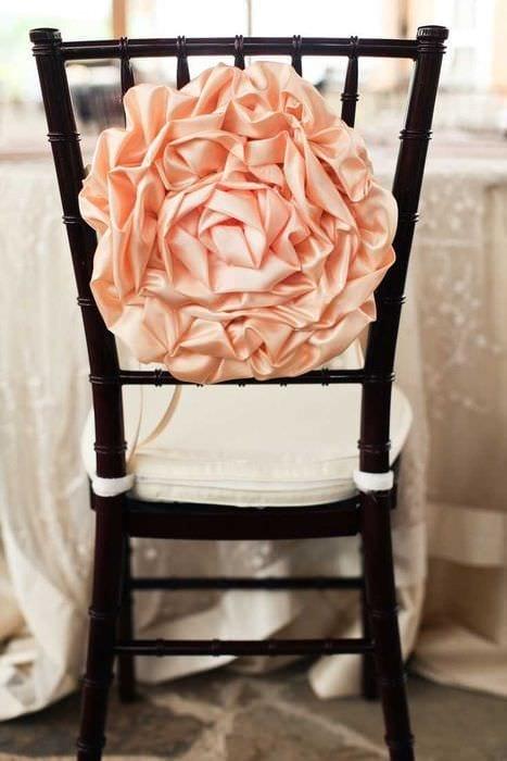 вариант светлого декора стульев своими руками