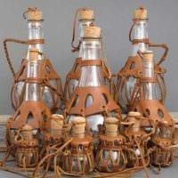 идея яркого декорирования стеклянных бутылок из кожи своими руками картинка