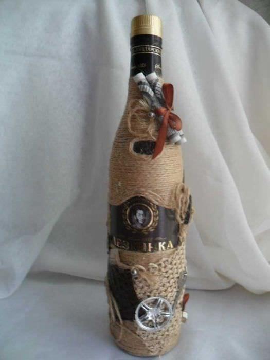 идея необычного оформления бутылок шпагатом