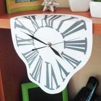 идея яркого украшения настенных часов своими руками картинка