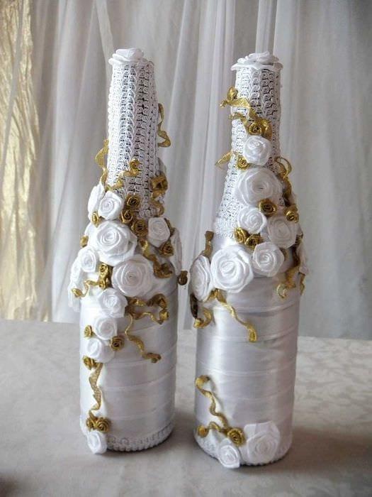 идея яркого украшения бутылок шампанского шпагатом